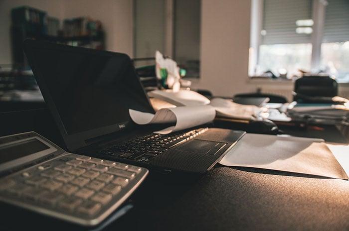 Nutzen Sie den Arbeitszeitrechner, um die tägliche, durchschnittliche Arbeitszeit zu errechnen.