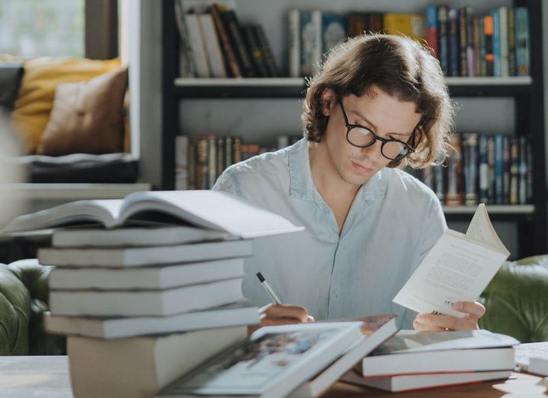 Lebenslanges Lernen kann zu Hause oder im Beruf stattfinden.