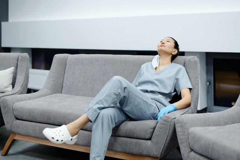 Erschöpfte Pflegekraft in der Pause
