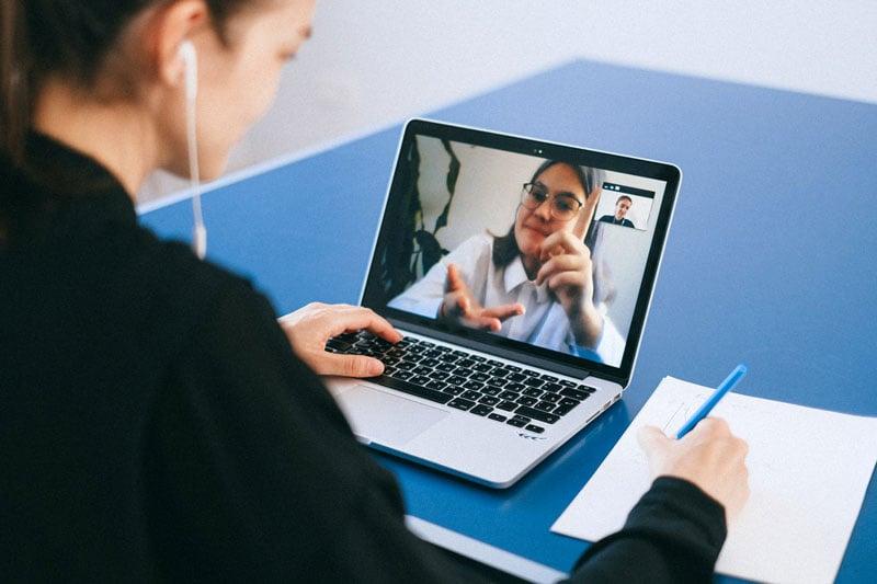 Mitarbeiter kommunizieren remote über Video-Software