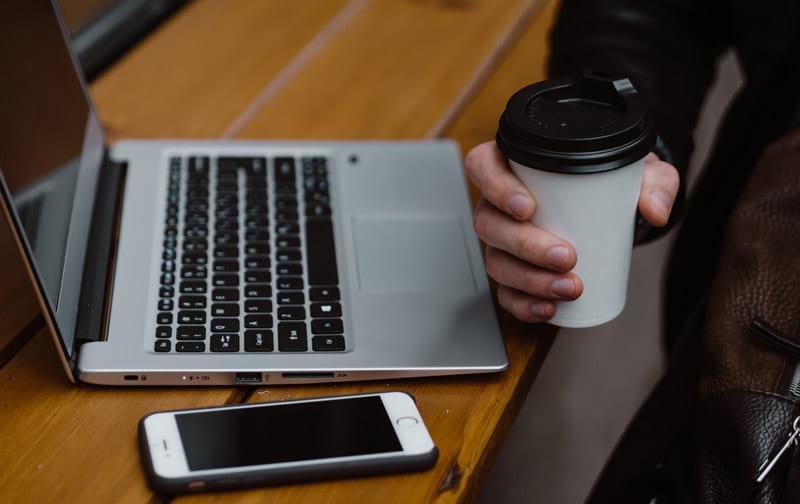 Die Arbeitszeiterfassung kann mit verschiedenen Endgeräten erfolgen.
