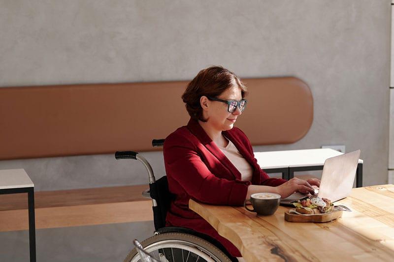 Frau bei der Mittagspause - der Zuschuss funktioniert für viele Arbeitsorte.