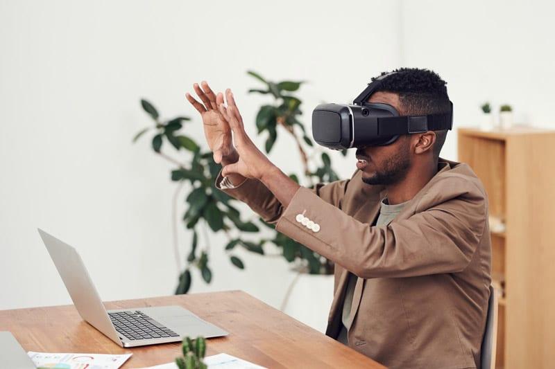 Mann mit VR-Brille bei der Arbeit