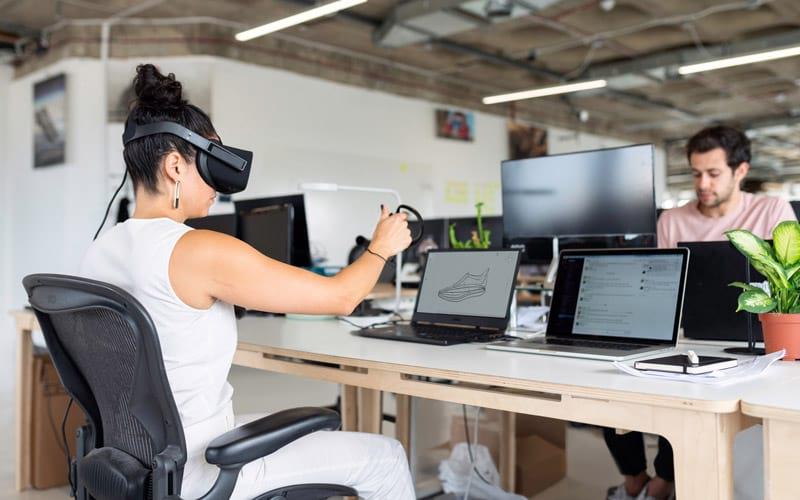 Menschen bei der Interaktion mit Computern auf der Arbeit