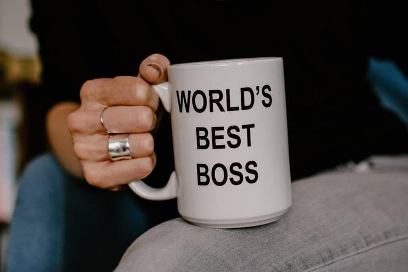 Moderne Führungskraft mit Tasse in der Hand