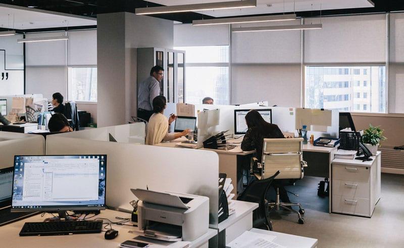 Verschiedene Mitarbeitende im Shared Office