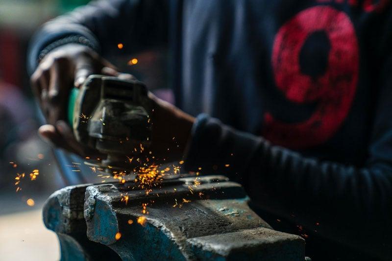 Arbeiter mit Metallschneider