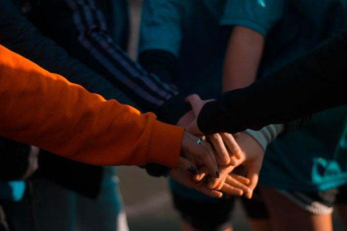 Maßnahmen rund um das Team Building können den Zusammenhalt in der Gruppe enorm stärken.