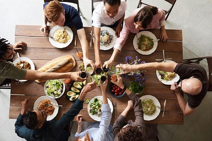 Team Events, wie Kochen und gemeinsame Essen, stärken den Zusammenhalt.