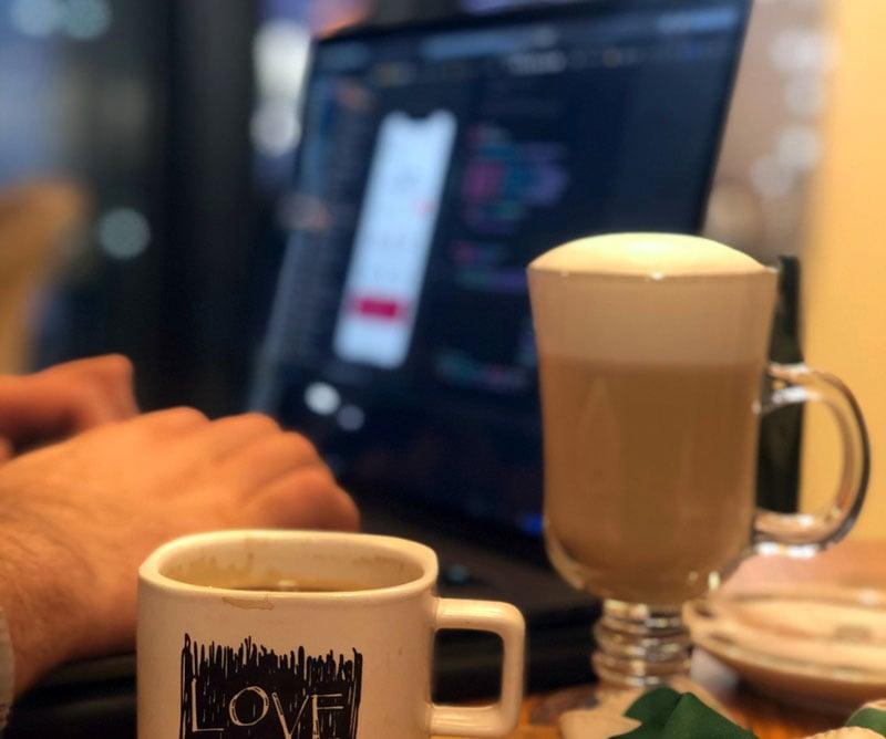 Viele Menschen vertrauen bei Überstunden auf Koffein.